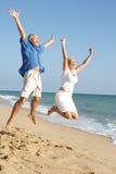 享用节假日前辈的海滩夫妇 库存图片