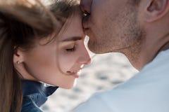 享用节假日年轻人的海滩夫妇 免版税库存照片