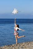 享用节日快乐夏天妇女年轻人 免版税图库摄影