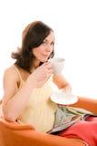 享用茶妇女年轻人的杯子 免版税图库摄影