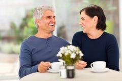 享用茶的夫妇 免版税图库摄影