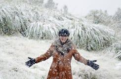 享用落的雪的愉快的妇女 免版税库存照片