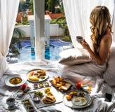 享用豪华假期早餐-异乎寻常的旅馆旅行逃命的妇女 图库摄影