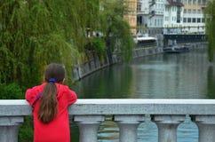 享用运河的女孩 库存图片