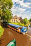 享用运河的游人巡航与在famou的一条木小船 免版税库存照片