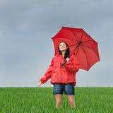 享用阵雨的无忧无虑的女孩户外 免版税库存图片
