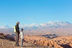 享用阿塔卡马沙漠的家庭 库存照片