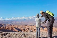 享用阿塔卡马沙漠的家庭 库存图片