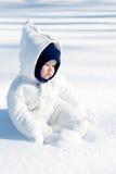 享用雪的婴孩 库存照片