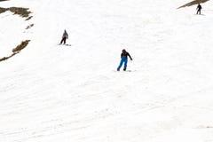 享用雪的滑雪者 免版税库存图片