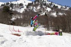 享用雪的滑雪者 免版税库存照片