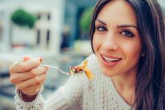 享用食物的少妇在餐馆,有她的午餐brea 免版税库存照片
