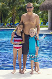 享用水池的家庭在一种热带手段 库存照片