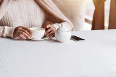 享用他的在咖啡馆的年轻非裔美国人的人早餐 免版税图库摄影