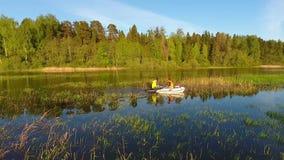享用他们的小船的年轻行家在一个美丽的湖绊倒 空中HD英尺长度 股票视频