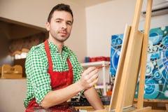 享用他的西班牙艺术家工作 免版税库存图片