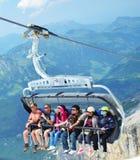 享用滑雪吊车瑞士的游人 免版税库存照片