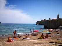 享用budva海滩黑山的人照片  库存图片