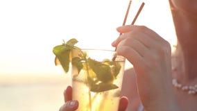 享用mojito鸡尾酒的妇女 股票录像