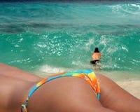 享用paradice的海滩夫妇 免版税库存照片