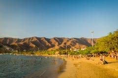 享用Tanganga海滩的游人在圣玛尔塔 免版税库存照片