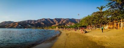 享用Tanganga海滩的游人在圣玛尔塔 免版税库存图片