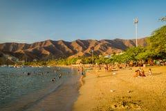 享用Tanganga海滩的游人在圣玛尔塔 图库摄影