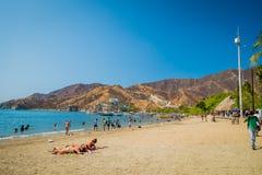 享用Tanganga海滩的游人在圣玛尔塔 库存图片