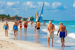 享用Varadero海滩的游人在古巴 库存图片