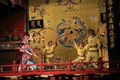 京剧,人跳舞在阶段的战斗与明亮的传统衣裳的一个女性战士 免版税库存照片
