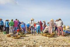 京族在长的海氏鱼市上 免版税库存图片