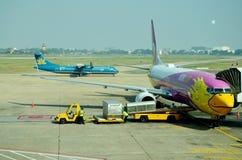 京族对飞机储藏室的装货行李  库存图片