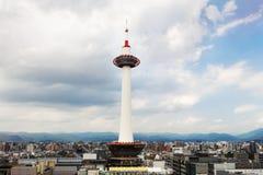 京都塔被看见反对多云天空 免版税库存图片