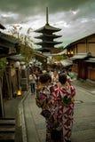 京都日本- november9,2018:日本拍摄照片的妇女佩带的和服老traditon衣裳在yasaka寺庙街道, 免版税库存照片