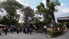 京都的金黄寺庙入口的游人 库存照片