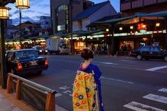 京都街道的艺妓  库存图片