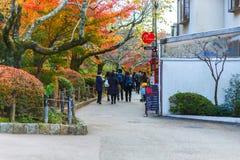 京都,在街道上的日本- 11月23日, 2016秋天红槭叶子普遍人和摄影观点参观的Eikando 免版税库存照片