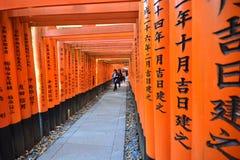 京都,日本:2016年12月7日-在Fushimi Inari的红色花托门 库存图片