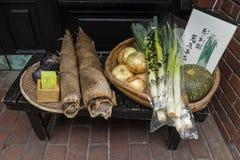 京都,日本-与菜的篮子在餐馆前面 免版税库存照片