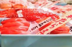 京都,日本- 2010年:新鲜的金枪鱼生鱼片在市场上 免版税库存照片