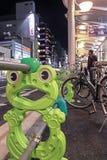 京都,日本- 2010年:青蛙锁自行车的形状栏杆 库存图片