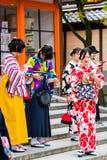 京都,日本- 2017年11月7日:一个小组和服的女孩在步被拍摄 垂直 库存图片