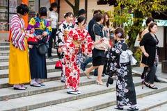 京都,日本- 2017年11月7日:一个小组和服的女孩在步被拍摄 复制文本的空间 图库摄影