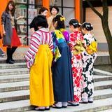 京都,日本- 2017年11月7日:一个小组和服的女孩在步被拍摄 复制文本的空间 库存图片