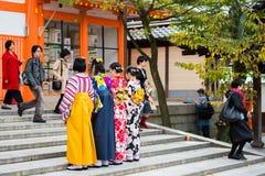 京都,日本- 2017年11月7日:一个小组和服的女孩在步被拍摄 复制文本的空间 免版税库存图片