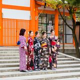 京都,日本- 2017年11月7日:一个小组和服的女孩是 库存图片