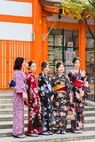 京都,日本- 2017年11月7日:一个小组和服的女孩是 免版税图库摄影
