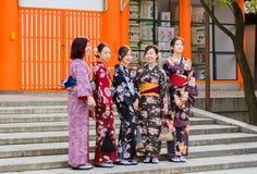 京都,日本- 2017年11月7日:一个小组和服的女孩是 图库摄影