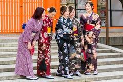 京都,日本- 2017年11月7日:一个小组和服的女孩是 免版税库存照片