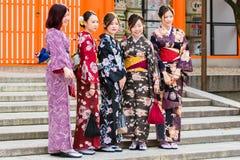 京都,日本- 2017年11月7日:一个小组和服的女孩是 免版税库存图片